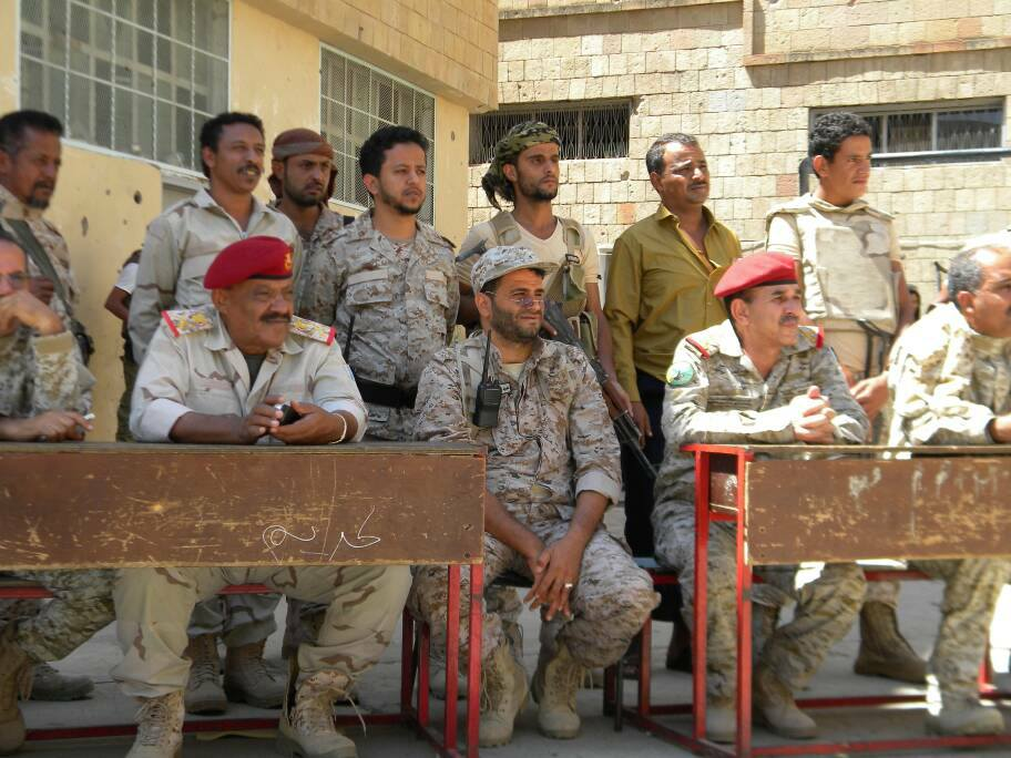 Al-Odaini next to Yemen's chief of staff