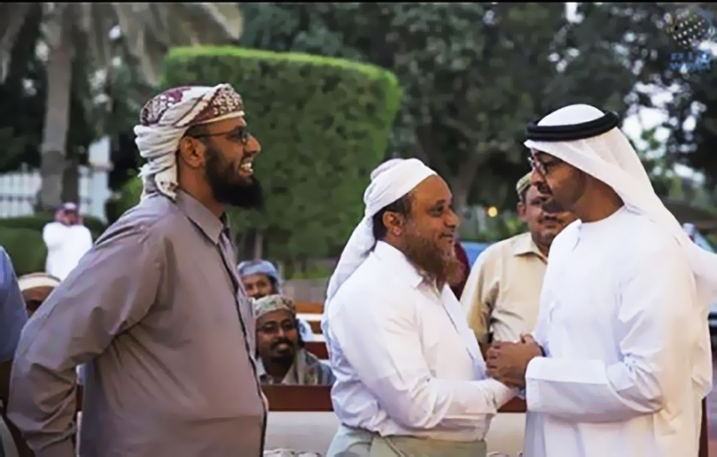 هاشم السيد يصافح الإماراتي محمد بن زايد وإلى جانبه هاني بن بريك