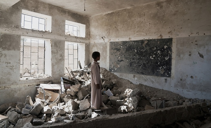 Yemeni child in a school destroyed by war - Archives
