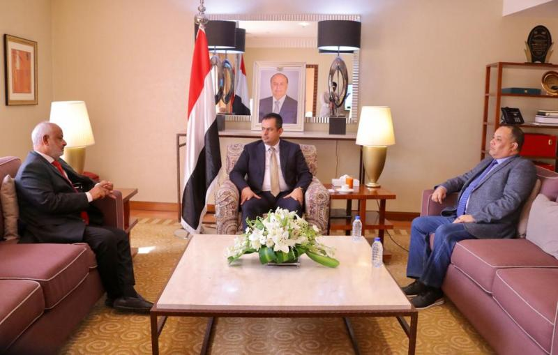 Yemeni internationally-recognized PM Maeen Abdulmalek at meeting with Hodeida Governor Hassan al-Tahir
