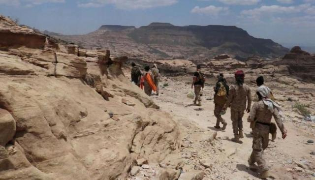 Yemeni official army at fighting with Houthi fighters in Nihm