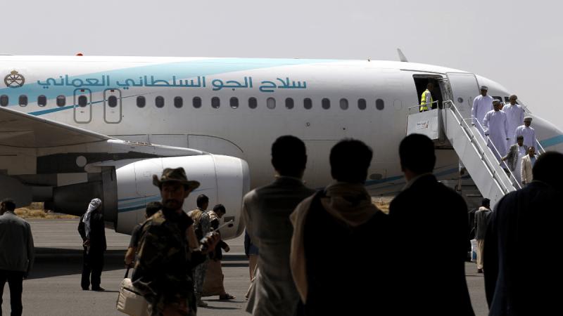 طائرة الوفد العماني في مطار صنعاء