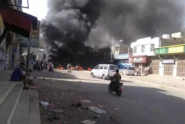 الدخان يغطي شوارع الضالع احتجاجا على مقتل شخص