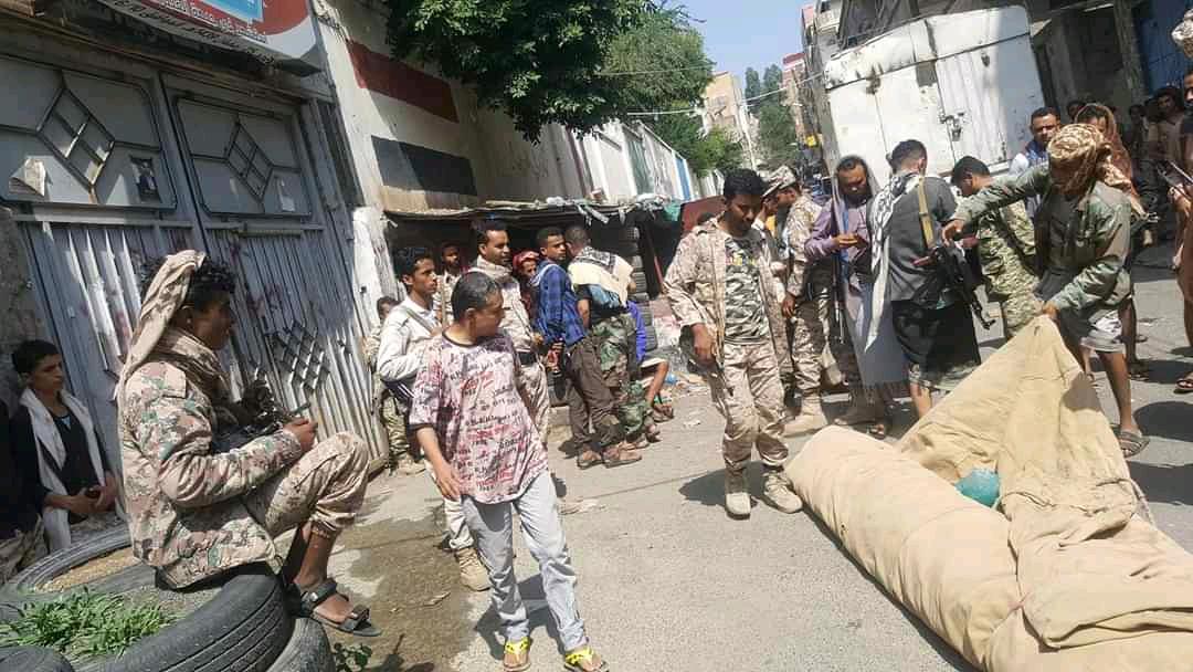 جنود في محور تعز يغلقون مقر القيادة احتجاجا على تأخر صرف مستحقاتهم