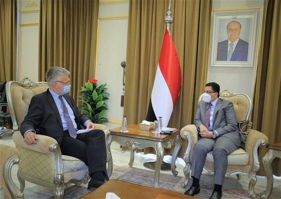 أحمد عوض بن مبارك خلال لقائه المبعوث السويدي بيتر سيمنبي